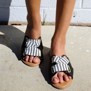 Shoes - 🆕//The Bell// Black and white Sandal